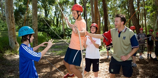 instructor teaching kids on ropes