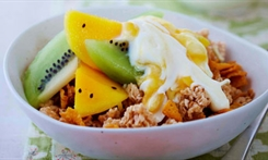 Fruity yoghurt breakfast crunch